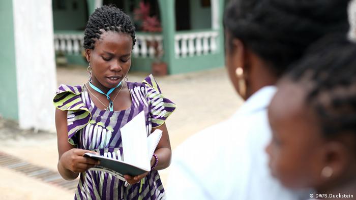 Teilnehmerin eines Radio-Workshops der DW Akademie und des Ghana Community Radio Network (Foto: DW/Stefanie Duckstein).