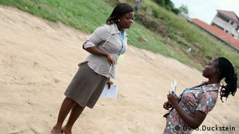 Betty Boateng from Radio Peace in Winneba (left) (photo: DW/Stefanie Duckstein).
