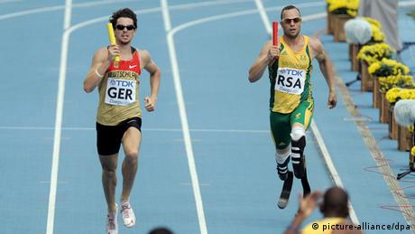 Jonas Plass of Germany (L) and Oscar Pistorius of South Africa compete in the men's 4x400 m Relay qualification at the 13th IAAF World Championships in Daegu, Republic of Korea, 01 September 2011. (Photo: picture-alliance/dpa/R. Jensen)
