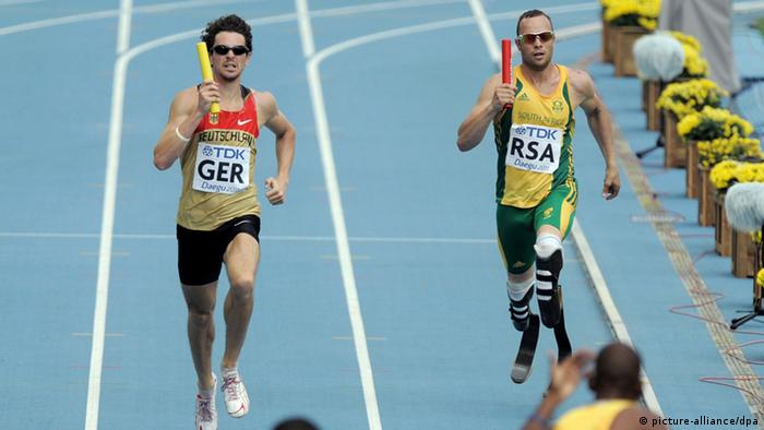 Der Deutsche Jonas Plass (links) und Südafrikaner Oscar Pistorius (rechts) laufen in der Qualifikation der 4x400-Meter-Staffel bei der Leichtathletik-WM in Degu (Foto: picture-alliance/dpa/R. Jensen)