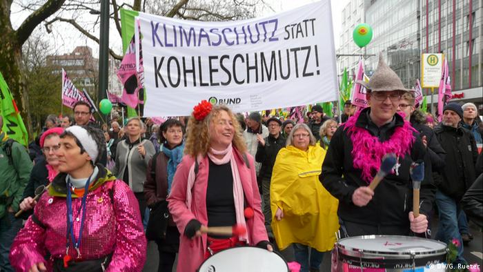 Citizens demonstrate for an energy transition in Dusseldorf (Photo: DW/Gero Rueter)