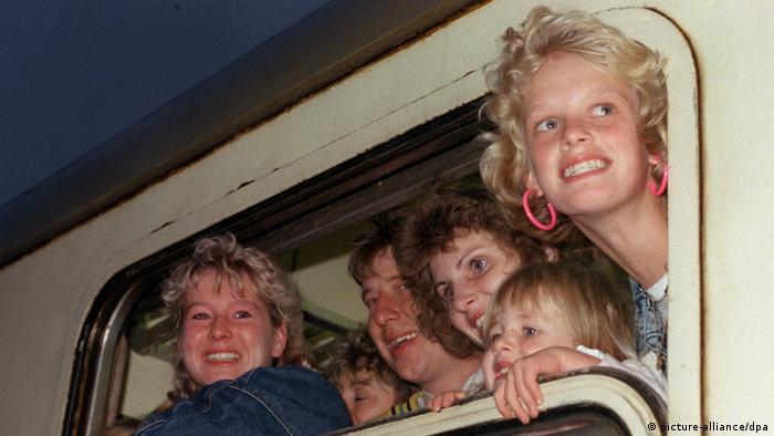ورود خانوادهای از آلمان شرقی به آلمان غربی، پنجم اکتبر ۱۹۸۹، پس از انتظار چند هفتهای در سفارت آلمان در پراگ