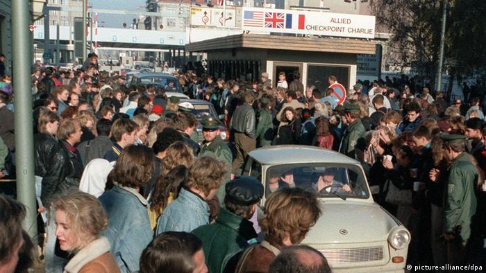 Толпы жителей ГДР устремились в Западный Берлин