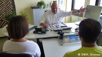 Zwei Asylbewerber sitzen vor einem Berater der Arbeitsagentur (Foto: DW)