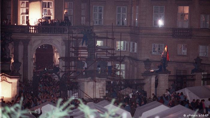 Hans-Dietrich Genscher auf dem Balkon der Prager Botschaft (Foto: AP)