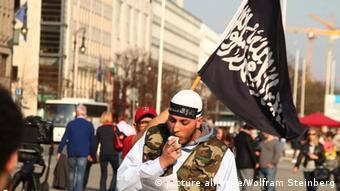 یک مبارز سلفی در برلین؛ فعالیت گروههای افراطی اسلامگرا از سالها پیش در کانون توجه نهادهای امنیتی آلمان قرار دارد