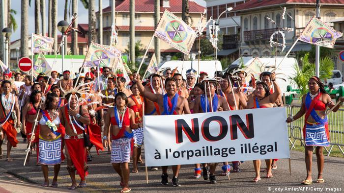 Indígenas protestan en Guayana Francesa contra la minería ilegal de oro.