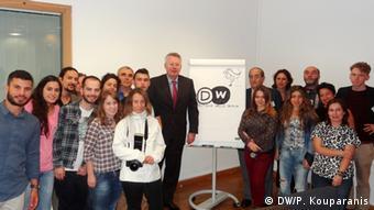 O γενικός διευθυντής της DW Πέτερ Λίμπουργκ στπο πλευρό 15 ελλήνων δημοσιογράφων στο Βερολίνο