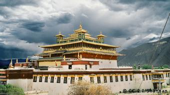 A monastery in Tibet (Photo: https://www.flickr.com/photos/lylevincent/4777243470/ Lizenz: https://creativecommons.org/licenses/by-nd/2.0/ +++CC 2.0/Shannan, Tibet, China)