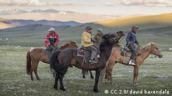 Young boys on horseback in the Altai mountains(Photo: http://bit.ly/1qQmZfp /Lizenz: https://creativecommons.org/licenses/by-nd/2.0/)