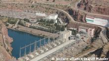 Die Staumauer des Wasserkraftwerkes von Nurek, Tadschikistan, aufgenommen am 17.10.2013. Foto: Ulf Mauder/dpa (zu dpa Streit um Wasserkraft - Zentralasien kämpft um Energiesicherheit vom 04.11.2013)