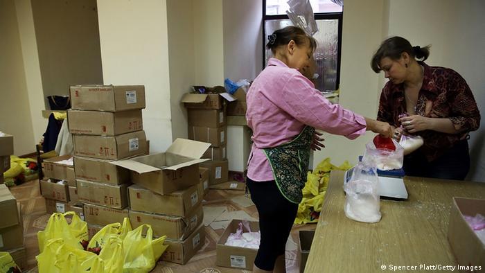 Подготовка пакетов с продовольственной помощью в Донецке