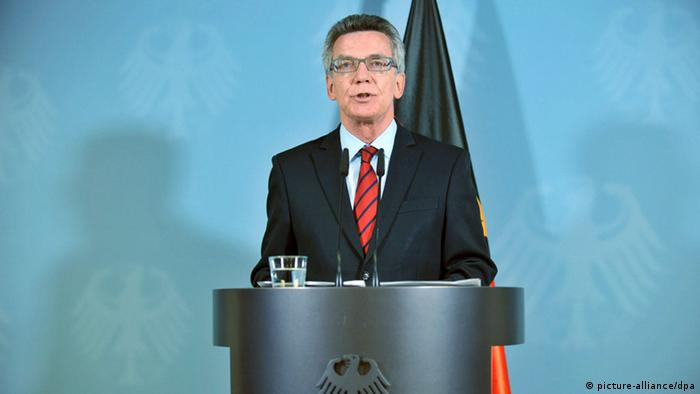 Bundesinnenminister Thomas de Maiziere verkündet das Vereins-Verbot für den Islamischen Staat - Foto: Paul Zinken (dpa)