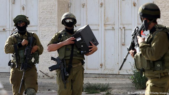 Israelische Soldaten bei einer Razzia in Hebron 19.06.2014