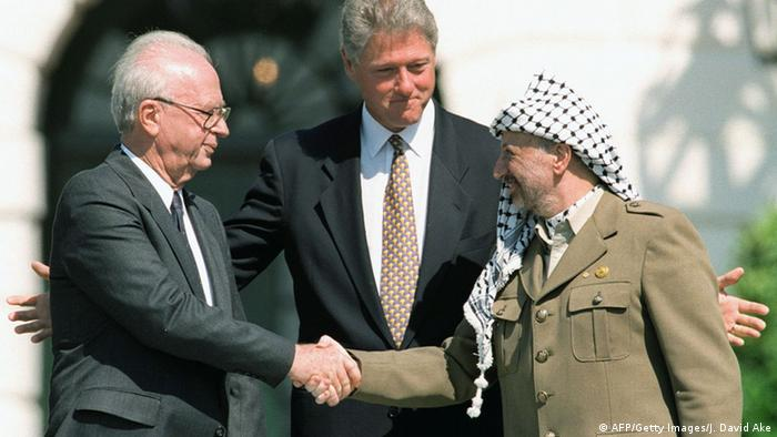 Arafat Rabin Clinton Handschlag zum Oslo-Abkommen (AFP/Getty Images/J. David Ake)