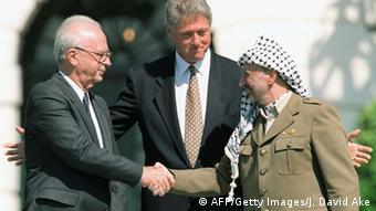 Με μία ιστορική χειραψία οι Γιασέρ Αραφάτ και Γιτζάκ Ράμπιν επισφραγίζουν τις συμφωνίες του Όσλο