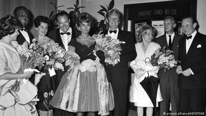 Sophia Loren com flores em 1960