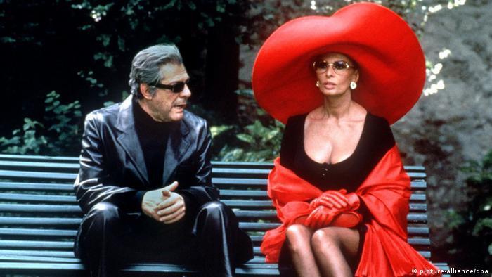 Sophia Loren e Marcello Mastroianni sentados em um banco