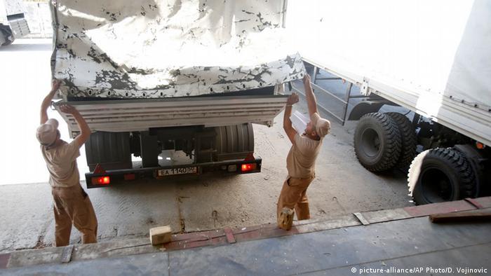 Разгрузка гуманитарной помощи в Луганске