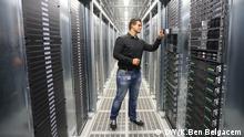 Systemadministrator Benjamin Fischer arbeitet am 01.07.2014 in einem Serverraum im neuen Rechenzentrum der Deutschen Telekom AG in Biere (Sachsen-Anhalt). Die Konzerntochter T-Systems eröffnet am 03.07.2014 das mit 150.000 Quadtratmetern Nutzfläche das bundesweit bislang größte Rechenzentrum des Konzerns. Bei voller Auslastung gibt es hier 30.000 Computer-Server und 100 Arbeitsplätze. Gemeinsam mit einen Rechenzentrum in Magdeburg sorgt es als TwinCore dafür, dass Anwendungen und Kundendaten aus Sicherheitsgründen immer parallel in zwei Rechenzentren laufen. T-Systems will damit der hohen Nachfrage der Unternehmen nach Cloud-Services gerecht werden. Foto: Jens Wolf/dpa