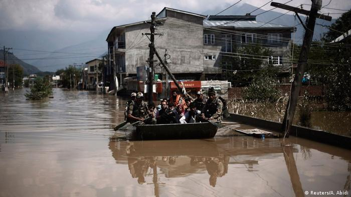 Indian army soldiers evacuate flood victims by a boat to a safer place in Srinagar September 13, 2014 (Phot: REUTERS/Adnan Abidi)