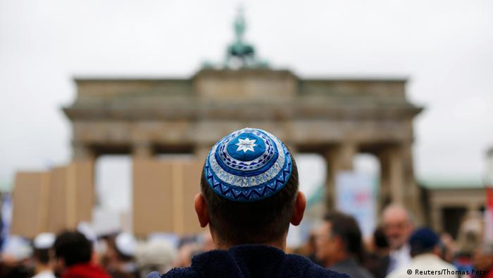 Židov s židovskom kapicom ispred Brandenburških vrata