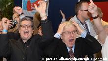 Anhänger der rechtskonservativen Alternative für Deutschland (AfD) reagieren am 14.09.2014 in Erfurt (Thüringen) nach der Bekanntgabe der ersten Ergebnisse für die Landtagswahl 2014. In Thüringen waren mehr als 1,84 Millionen Wahlberechtigte aufgerufen einen neuen Landtag zu wählen. Foto: Hendrik Schmidt/dpa +++(c) dpa - Bildfunk+++