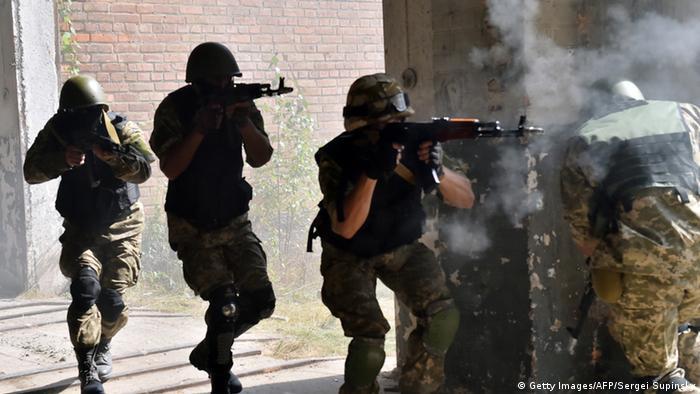 Украинские солдаты во время боя