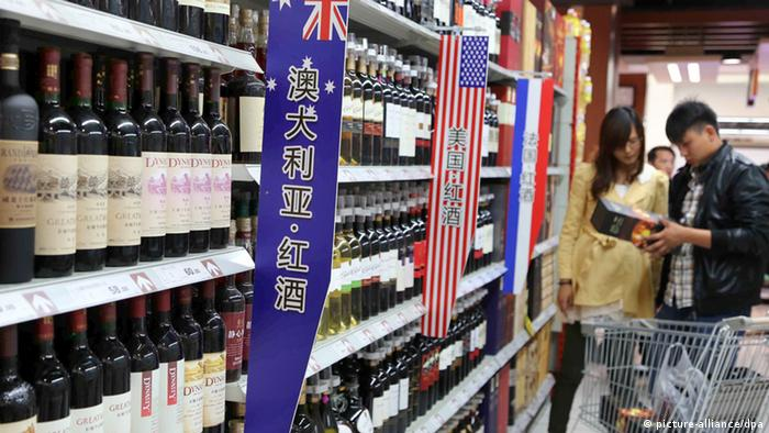 Red wine on shelf in Chinese supermarket (picture-alliance/dpa)