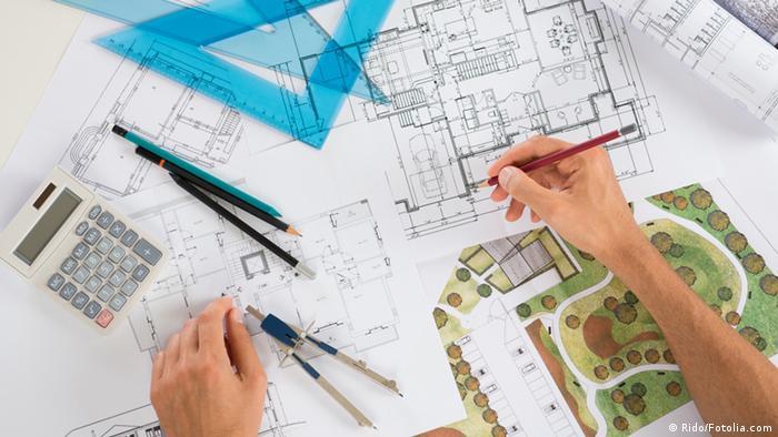 Магистратура для архитекторов спроектируй свою карьеру Учеба  Девушка с циркулем и ручкой работает над проектом