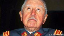Der frühere chilenische Diktator Augusto Pinochet (undatiertes Archivfoto) darf gegen Zahlung einer Kaution nach nur einem Tag wieder aus dem Hausarrest entlassen werden. Das entschied das Berufungsgericht in der Hauptstadt Santiago am Donnerstag (24.11.2005) auf Antrag des Untersuchungsrichters Carlos Cerda. Damit könnte Pinochet seinen 90. Geburtstag an diesem Freitag in Freiheit verbringen. Jegliche Feiern waren jedoch schon vor Tagen abgesagt worden. EPA/DIARIO LA NACION / HO +++(c) dpa - Report+++