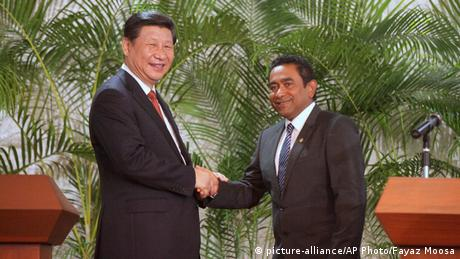 Chinese President Xi Jinping shakes hand with Maldives' Yameen 15.09.2014 (picture-alliance/AP Photo/Fayaz Moosa)