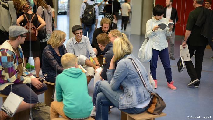 Studierende sitzen auf Hockern im Uni-Foyer (Daniel Lordick)