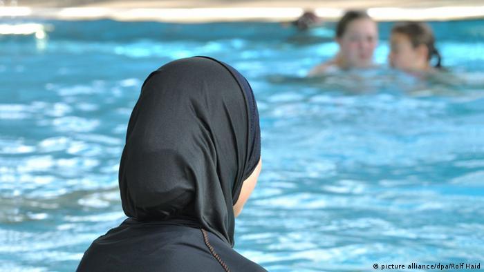 Musliminnen in einem Schwimmbad Burkini Deutschland
