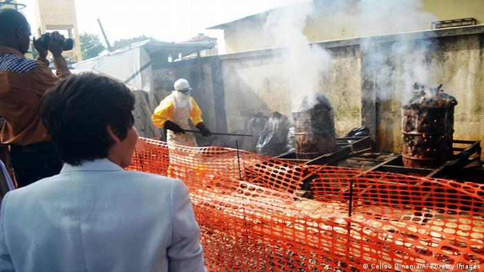 Kontaminierter Schutzkleidung gegen Ebola wird in Guinea verbrannt (Foto: CELLOU BINANI/AFP/Getty Images)