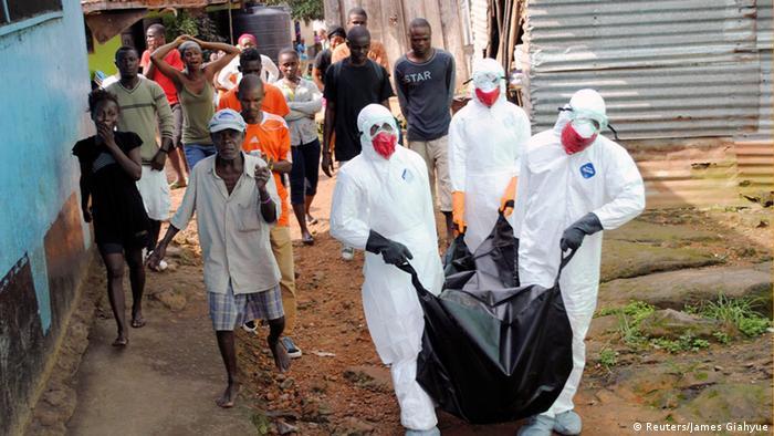 Bestattung eines an Ebola Verstorbenen (Foto: Reuters/James Giahyue)