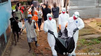 Liberia Ebola Abtransport Opfer Angehörige Trauer (Foto: Reuters/James Giahyue)
