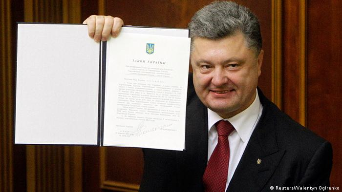 Poroschenko holds up Association Agreement Photo: REUTERS/Valentyn Ogirenko