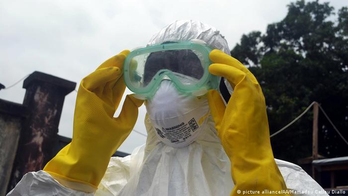 Врач во время борьбы с эпидемией Эболы в Гвинее