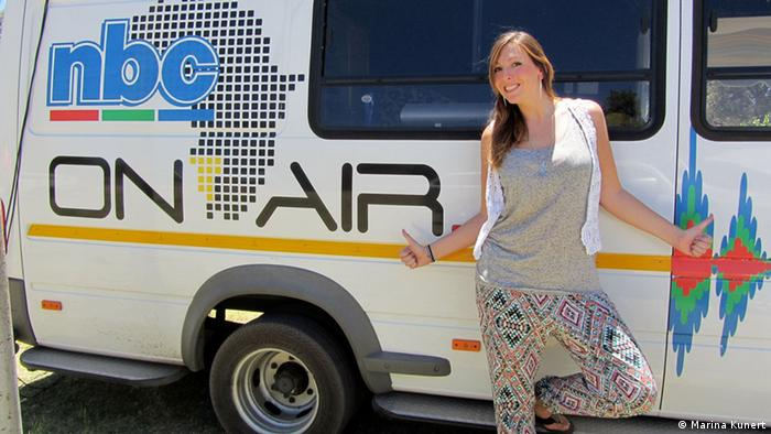 Ü-Wagen von NBC Namibia, davor steht Marina Kunert