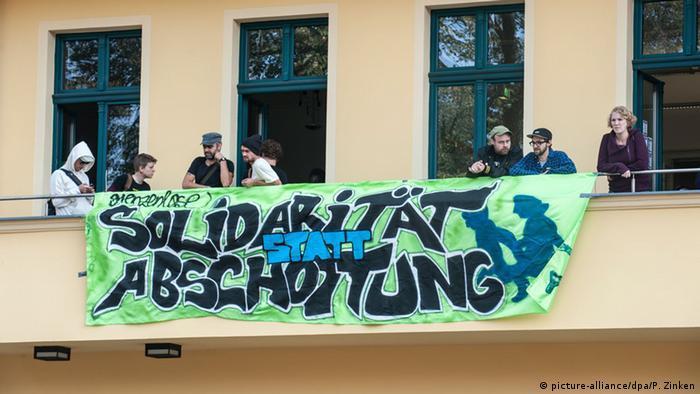 Flüchtlingsaktivisten mit dem Transparent 'Solidarität statt Abschottung (Foto: dpa)