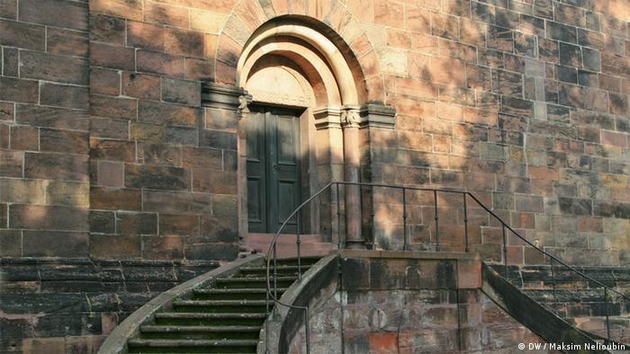 Лестница и дверь с южной стороны собора