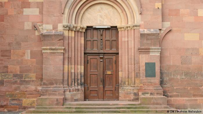 Боковой вход в собор на северной стороне храма