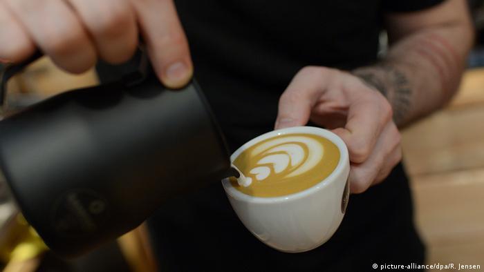 Pouring coffee (Photo: Rainer Jensen/dpa)