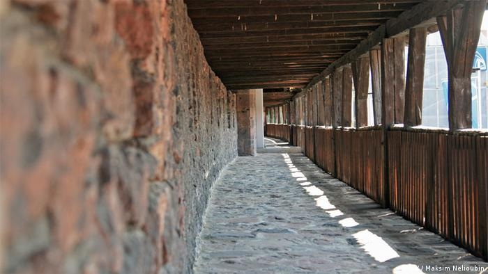 Боевой ход между башнями городской стены