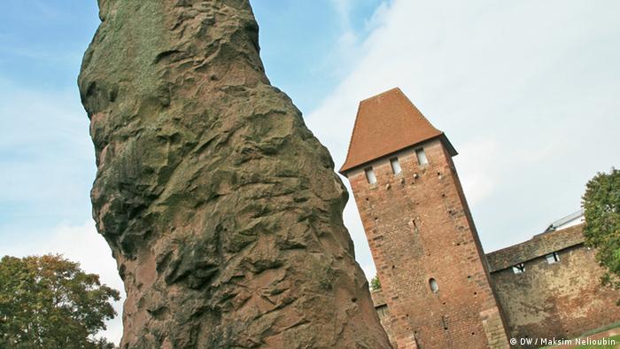 Городская стена с башней и мегалит на Могиле Зигфрида