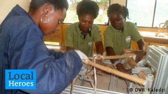 Selby dan dua pekerjanya membuat sebuah sepeda bambu di Kumasi
