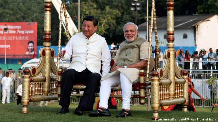 Chinas Präsident Xi Jinping in Indien Premierminister Narenda Modi (picture-alliance/AP/Press Trust of India)