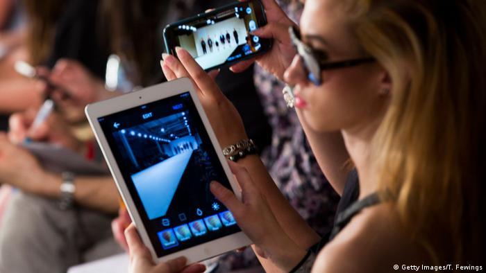 Eine Frau benutzt ein Apple iPad
