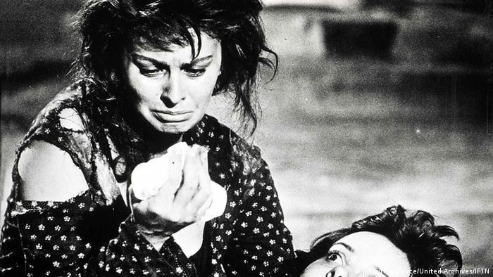 Sophia Loren hält ihre verletzte Filmtochter im Arm und weint